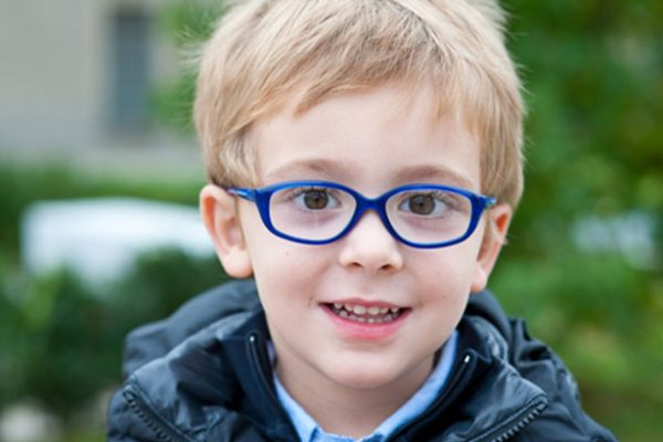 Devo avaliar a visão do meu filho antes do regresso às aulas?